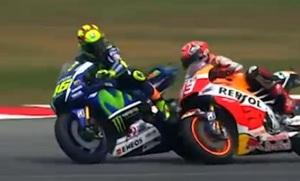 Un momento del duello tra Valentino Rossi e Marc Marquez (D) finito con la caduta dello spagnolo della Honda, Sepang, 25 ottobre 2015. ANSA/SKY SPORT ++ NO SALES, EDITORIAL USE ONLY ++